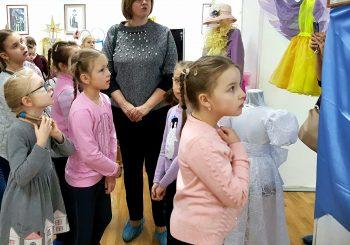 Выставку «Из гардероба Мельпомены» посетили воспитанники Центра развития творчества детей и юношества.